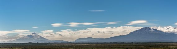 Panorama mit den Vulkanen Osorno und Calbuco nahe Puerto Varas lizenzfreie stockfotografie