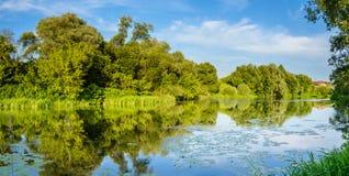 Panorama mit Fluss Lizenzfreie Stockfotos