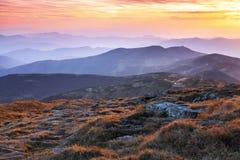 Panorama mit interessantem Sonnenaufgang erleuchtet Umgebungen Landschaft mit schönen Bergen und Steinen Fantastische Herbstlands stockfotos