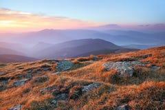 Panorama mit interessantem Sonnenaufgang erleuchtet Umgebungen Landschaft mit sch?nen Bergen und Steinen Fantastische Herbstlands lizenzfreie stockfotos