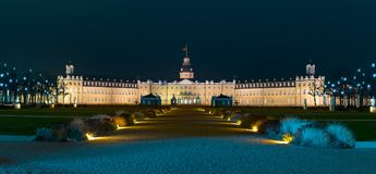 Panorama mit Karlsruhe-Palast nachts Lizenzfreie Stockbilder
