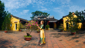 Panorama mit Mädchen auf traditionellen Vietnamesen kleiden in Hoi An an Stockfoto