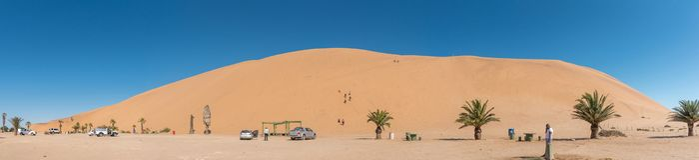 Panorama mit nicht identifizierten Touristen an Düne 7 an der Walfischbucht Lizenzfreies Stockfoto