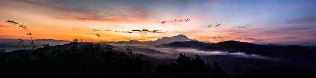 Panorama mit schönem Sonnenaufgang Lizenzfreie Stockbilder
