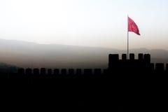 Panorama mit Schattenbild von Ayasoluk-Schlosswänden mit türkischem f Stockfotos