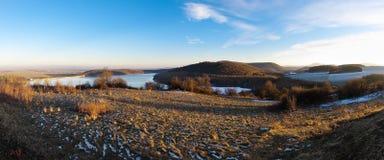 Panorama mit See und Hügeln Stockbilder