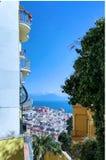 Panorama mit Stadt und Meer zwischen Gebäuden Lizenzfreie Stockfotos