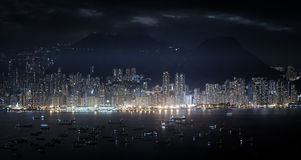 Panorama moderno da metrópole na noite Arranha-céus altos de Hong Ko Foto de Stock Royalty Free