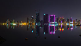 Panorama moderno del horizonte de la ciudad de la noche con las luces de neón Fotografía de archivo libre de regalías