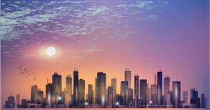 Panorama moderno della città di notte nella luce della luna o tramonto e cielo nuvoloso Immagini Stock