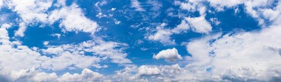 Panorama- moln i den blåa himlen, fantastiska mjuka vita moln mot blå himmel royaltyfria bilder
