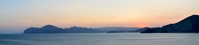 Panorama, montagnes, mer, coucher du soleil, été Photographie stock libre de droits