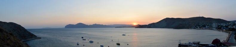 Panorama, montagnes, mer, coucher du soleil, été Photographie stock