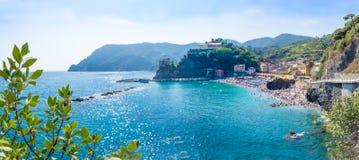 Panorama Monterosso plaża w lato sezonie, Cinque terre, Lig Zdjęcie Stock