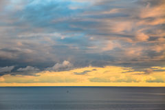 Panorama mooie multicolored zonsondergang op het overzees Royalty-vrije Stock Afbeelding