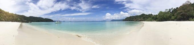 Panorama mooie witte kust dichtbij overzees en eiland Stock Fotografie