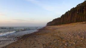Panorama Mooie zonsondergang op het zandige strand van de Oostzee in Litouwen, Klaipeda stock fotografie