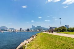 Panorama- morgonsikt av stranden och den Botafogo lilla viken med dess byggnader, fartyg och berg i Rio de Janeiro royaltyfri fotografi
