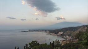 Panorama- morgonsikt av Taormina i Sicilien, Italien arkivfilmer