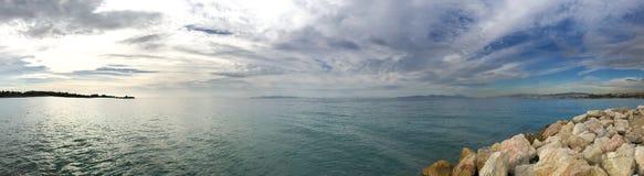 Panorama morze śródziemnomorskie, niebieskie niebo z chmurami Ateny, Grecja obraz stock