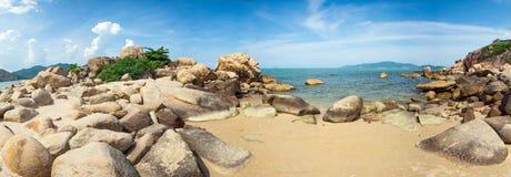 Panorama morze z skałami w przedpolu w Nha Trang, Wietnam - Hong Chong - Fotografia Royalty Free