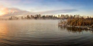 Panorama mroźny ranek na jeziorze z mgłą, Rosja, Ural, Listopad obraz stock
