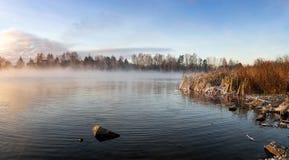 Panorama mroźny ranek na jeziorze z mgłą, Rosja, Ural, Listopad fotografia stock