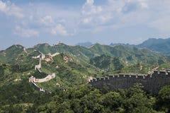 Panorama Mutianyu, sekcja wielki mur Chiny Góry i wzgórzy pasma otaczający zielonymi drzewami podczas lata Hua zdjęcia royalty free