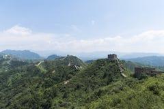 Panorama Mutianyu sekcja wielki mur Chiny Góry i wzgórzy pasma otaczający zielonymi drzewami podczas lata Hua obrazy stock
