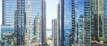 Panorama- närbildChicago för flyg- sikt skyskrapor längs floden royaltyfria bilder