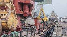 Panorama: Närbildsikt av lastport i dimma royaltyfri foto