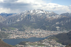 Panorama na cidade de Lecco, montagem Resegone do lago Como Fotos de Stock