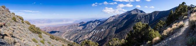 Panorama naar Badwater-Bassin en Telescooppiek van de wandelingssleep, Panamint-bergketen, Nationale Doodsvallei stock fotografie
