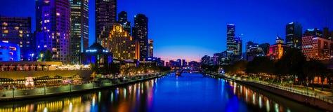Panorama- nattsikt över Yarra flod- och stadsskyskrapor i Melbourne, Australien Arkivbild