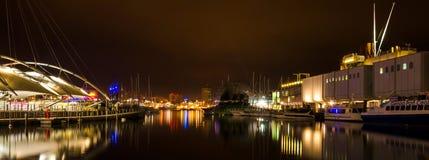 Panorama- nattsikt av den gamla porten av Genua Royaltyfri Fotografi