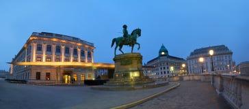 Panorama- nattsikt av den rid- statyn av ärkehertigen Albert in Arkivfoto