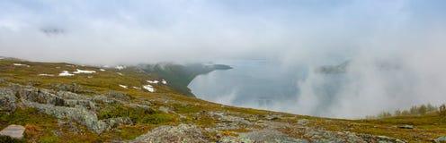 Panorama natura widok z fjord i górami w chmurach, Norwegia Obraz Royalty Free