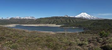 Panorama: naturen av Kamchatka: sikt av bergsjön och vol Arkivfoto