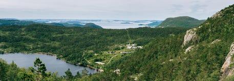 Panorama- naturlandskap av bergen, fjorden och sjön i N royaltyfria foton