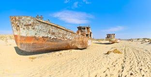 Panorama Nave vieja dos en el desierto de Aral imágenes de archivo libres de regalías