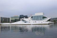 Panorama nazionale norvegese di opera e di balletto di Snøhetta's con il centro urbano di Oslo Fotografia Stock Libera da Diritti