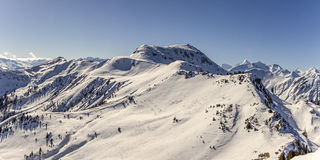 Panorama neigeux de montagnes d'hiver Photos stock