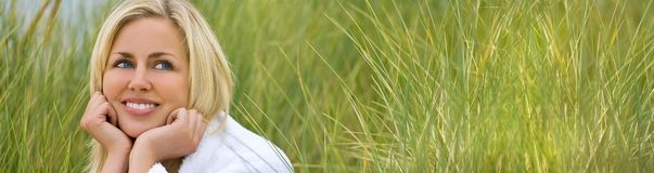 Panorama-Netz-Fahnen-Mädchen-junge Frauen-Naturrasen lizenzfreie stockbilder