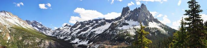 _panorama nevado de los picos de montaña Fotografía de archivo