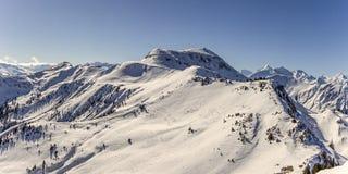 Panorama nevoso de las montañas del invierno Fotos de archivo