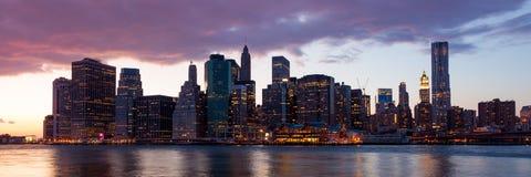 New York - beskåda av Manhattan horisont vid natt Fotografering för Bildbyråer