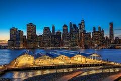 Panorama New York City en la noche y deportes complejos imagen de archivo