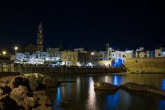 Panorama- nightview av Monopoli royaltyfria foton