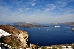 Panorama no Caldera da ilha de Santorini, para notar as cidades do fira e do Oia Greece fotografia de stock