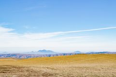 Panorama no campo do outono, montanhas Fotografia de Stock